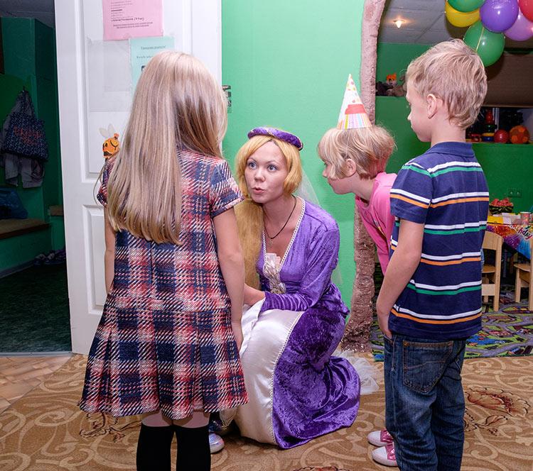 Аниматор Рапунцель с детьми