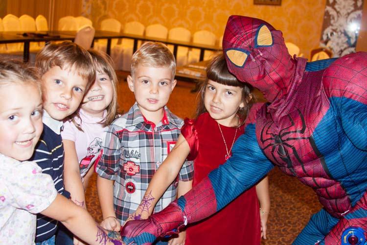 Человек Паук с детьми