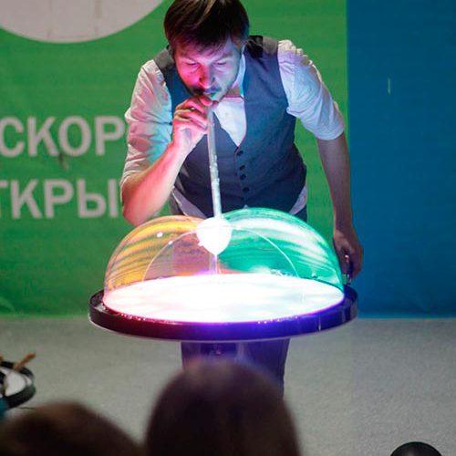 Шоу мыльных пузырей на светящемся столике