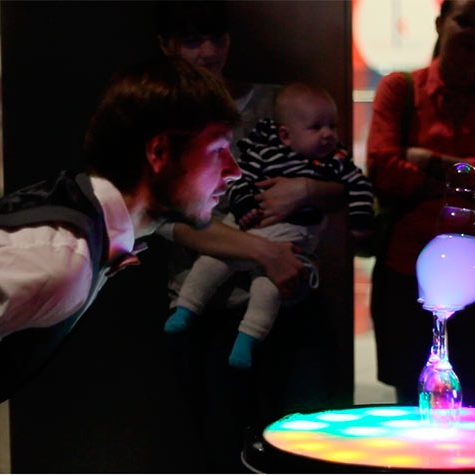 Мыльные пузыри на светящемся столике